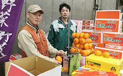 消費者とのパイプ役の小売青果店が、ほしい品物を買いそろえていきます。